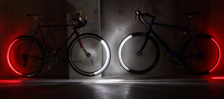 investeer dus in een setje goede verlichting voor je racefiets in plaatst van een zon zwak waxinelichtje heb je erg donkere fietskleding denk dan eens